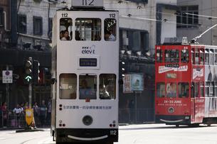 香港の街を行く路面電車トラム。英国植民地時代から走り続けるの写真素材 [FYI04286259]