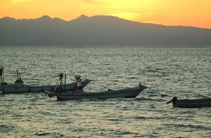 夕暮れの海と漁船の写真素材 [FYI04286285]