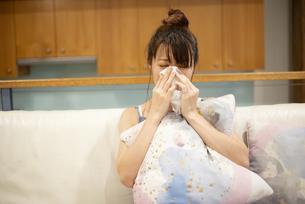ソファの上で泣いている女性の写真素材 [FYI04286443]