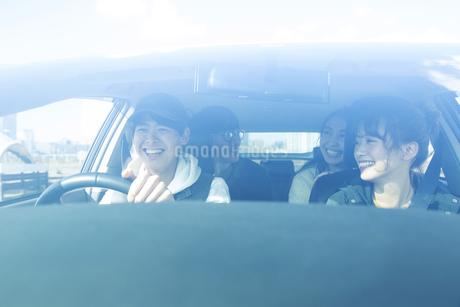 ドライブを楽しむ20代男女の写真素材 [FYI04286572]