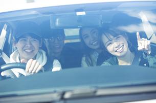 ドライブを楽しむ20代男女の写真素材 [FYI04286573]
