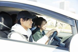 ドライブを楽しむ20代男女の写真素材 [FYI04286576]