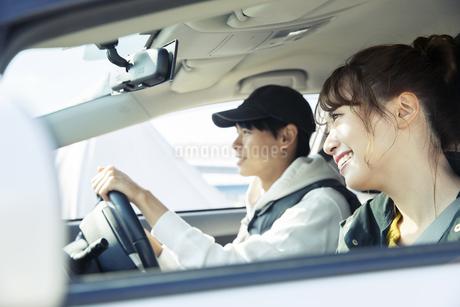 ドライブを楽しむ20代カップルの写真素材 [FYI04286577]