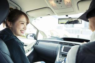 ドライブを楽しむ20代カップルの後ろ姿の写真素材 [FYI04286583]