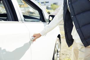 車のドアを開ける男性の手元の写真素材 [FYI04286593]