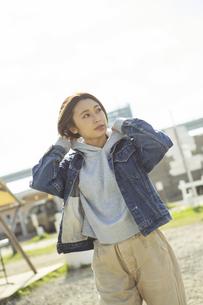 屋外を歩く横目線の20代女性の写真素材 [FYI04286678]