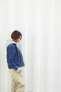 屋外を歩く20代女性の写真素材 [FYI04286681]