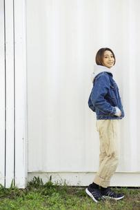 屋外を歩く20代女性の写真素材 [FYI04286682]