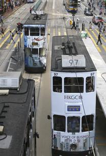 香港島を行く路面電車トラム。英国植民地時代から走り続けているの写真素材 [FYI04286740]