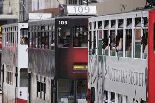 香港の街を行く路面電車トラム。英国植民地時代から走り続けるの写真素材 [FYI04286741]
