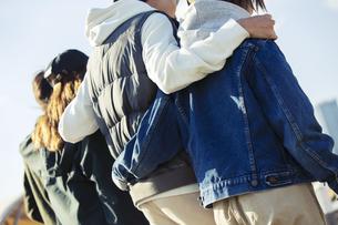 肩を組み笑う20代男女の後ろ姿の写真素材 [FYI04286757]