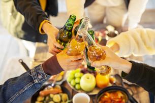 瓶ビールで乾杯をする男女の手元の写真素材 [FYI04286797]