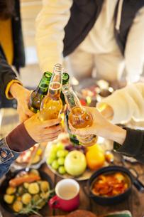 瓶ビールで乾杯をする男女の手元の写真素材 [FYI04286798]