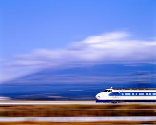 旧型車両0系の東海道新幹線と富士山の写真素材 [FYI04286815]