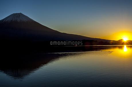 田貫湖と富士山 日本 静岡県 富士宮市の写真素材 [FYI04287017]