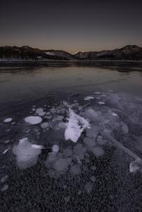 赤城山大沼の朝焼けとバブルの写真素材 [FYI04287399]