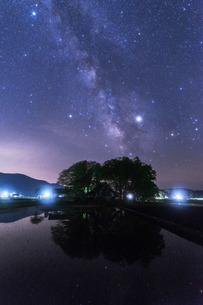 田園と天の川 日本 広島県 山県郡の写真素材 [FYI04287437]
