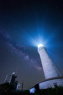 灯台の光と天の川 日本 山口県 下関市の写真素材 [FYI04287442]