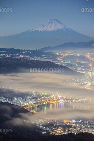 高ボッチからの眺め 真冬の富士山と諏訪湖の写真素材 [FYI04287516]