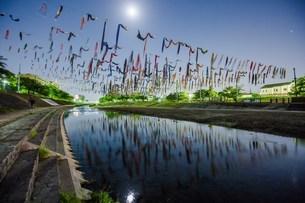 月夜の鯉のぼり 日本 大阪府 高槻市の写真素材 [FYI04287517]