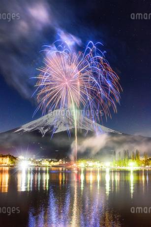 冬花火と富士山の写真素材 [FYI04287529]