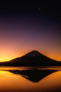 精進湖と富士山の写真素材 [FYI04287540]