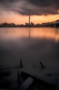 東京スカイツリーと杭のコラボスポット 日本 東京都 葛飾区の写真素材 [FYI04287570]