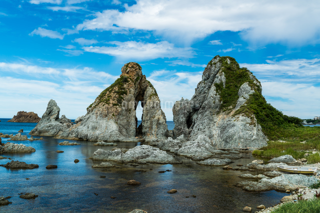 佐渡の夫婦岩(めおと岩) 日本 新潟県 佐渡市の写真素材 [FYI04287751]