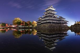 松本城 お堀わきの梅の樹の下 日本 長野県 松本市の写真素材 [FYI04287982]