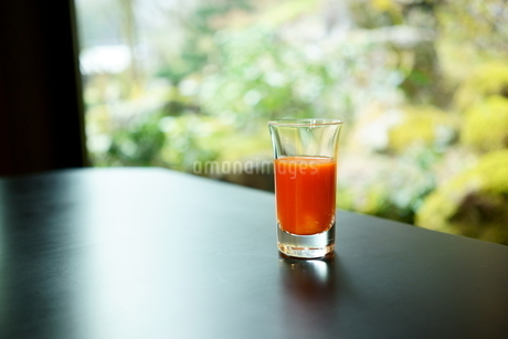 健康的な朝のはじまり。目覚めに飲む人参ジュースの写真素材 [FYI04288223]
