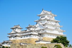 青空に映える姫路城の写真素材 [FYI04288360]
