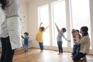 幼児教室でダンスを踊る先生と子供たちの写真素材 [FYI04288408]
