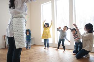 幼児教室でダンスを踊る先生と子供たちの写真素材 [FYI04288409]
