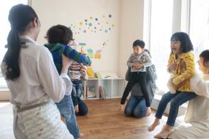幼児教室で手遊びをする先生と親子の写真素材 [FYI04288411]
