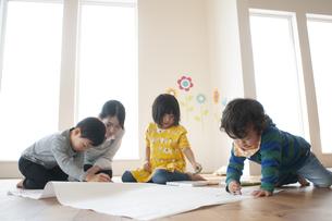 幼児教室でお絵かきをする先生と子供たちの写真素材 [FYI04288415]