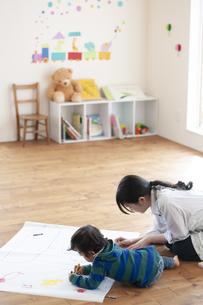 幼児教室でお絵かきをする先生と男の子の写真素材 [FYI04288420]