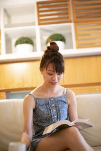 家で読書をしている女性の写真素材 [FYI04288490]