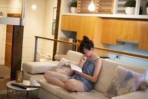 家で読書をしている女性の写真素材 [FYI04288495]