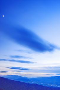 思い出の丘から望む木曽駒ヶ岳などの山並みと夕方の流雲と月の写真素材 [FYI04288657]