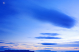 思い出の丘から望む木曽駒ヶ岳などの山並みと夕方の流雲と月の写真素材 [FYI04288658]