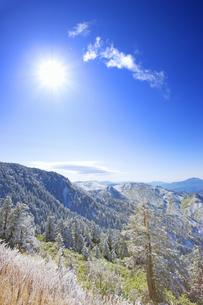 横手山付近から望む霧氷の樹林と浅間山方向の山並みの写真素材 [FYI04288664]