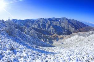 のぞき付近から望む新雪の樹林と四阿山方向の山並みの写真素材 [FYI04288670]