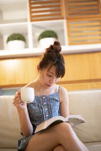 家で読書をしている女性の写真素材 [FYI04288672]