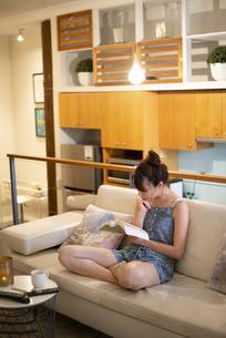 家で読書をしている女性の写真素材 [FYI04288680]