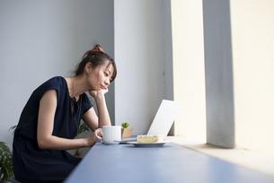 パソコンを操作している女性の写真素材 [FYI04288713]
