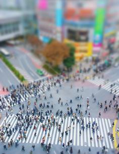 渋谷駅前スクランブル交差点を行き交う通行人 ミニチュア風景の写真素材 [FYI04288740]