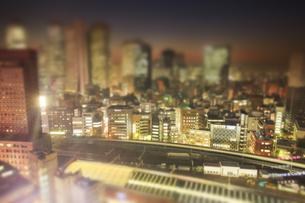 薄暮の新宿のビル群と西武新宿駅とJR山手線の電車 ミニチュア風の写真素材 [FYI04288779]
