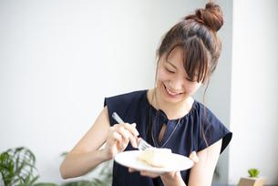 ケーキを食べている女性の写真素材 [FYI04288811]