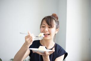 ケーキを食べている女性の写真素材 [FYI04288816]