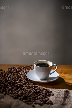Cup of coffee and coffee beans on burlap sack.の写真素材 [FYI04289103]